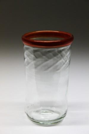 Rødkantet drikkeglas lavet af flødeflaske