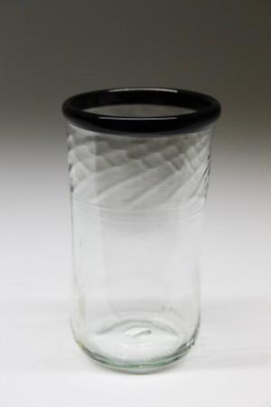 Flødeflaske upcycled til drikkeglas med sort kant