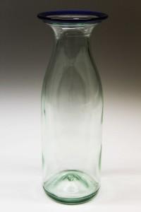 Glasvase med blå kant lavet af flaske