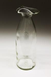 Glas karaffel lavet af flødeflaske