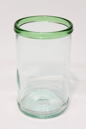 Drikkeglas med grøn kant, upcycled fra flaske